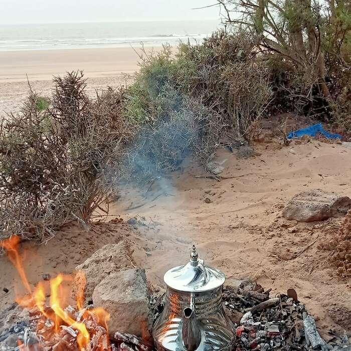 Rituale del tè in spiaggia al tramonto