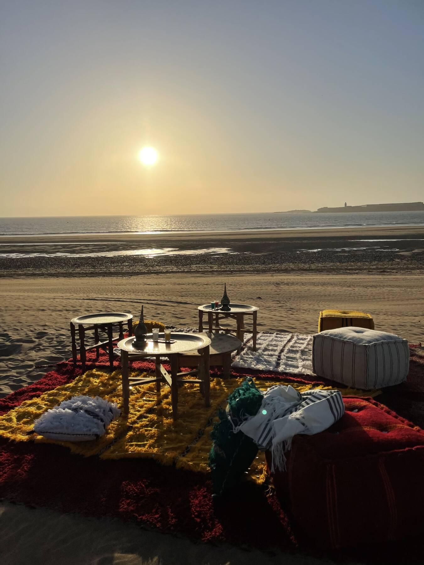 Tee-Ritual am Strand bei Sonnenuntergang